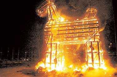 EN VARM TRADITION Amerikanen Lawrence Jones, som brände julbocken i Gävle för två år sedan, förklarar sin handling och uppmanar Gävleborna att göra bålet till en gemensam tradition   eftersom bockbrännarna ändå tror att det är en tradition.
