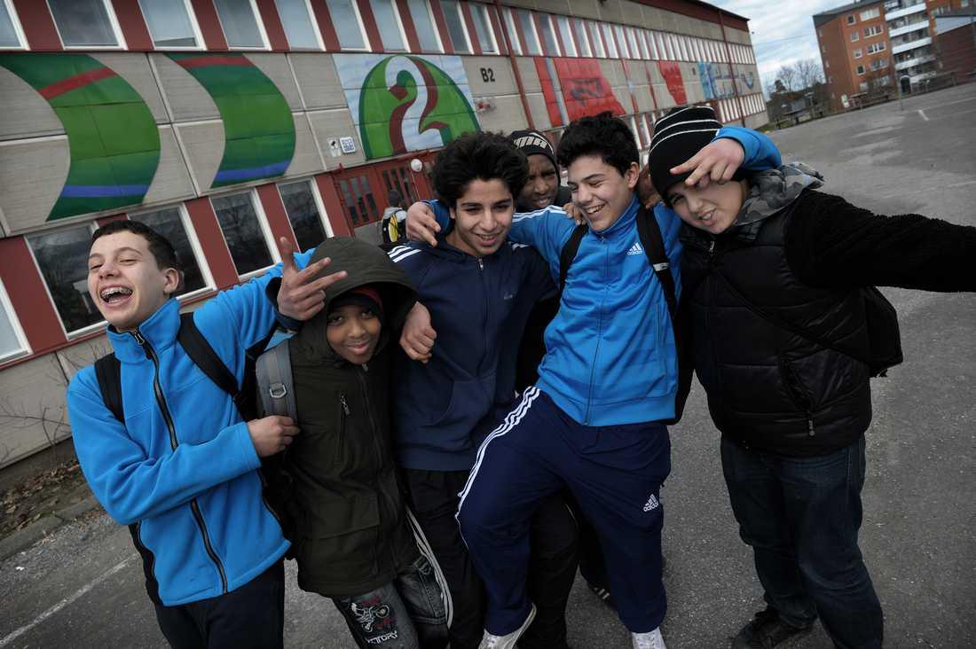 Hjulstaskolan satsar mycket på att få ut nyanlända flyktingar så fort som möjligt i vanliga klasser, för att de ska integreras snabbare. Bara enstaka elever har svenska som modersmål. Skolan har dessutom en hög omsättning av elever - nästan 40 procent byts ut varje år.