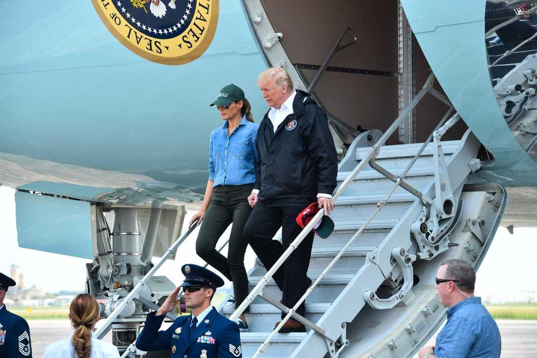 Donald Trump och Melania Trump kliver av Air Force 1.