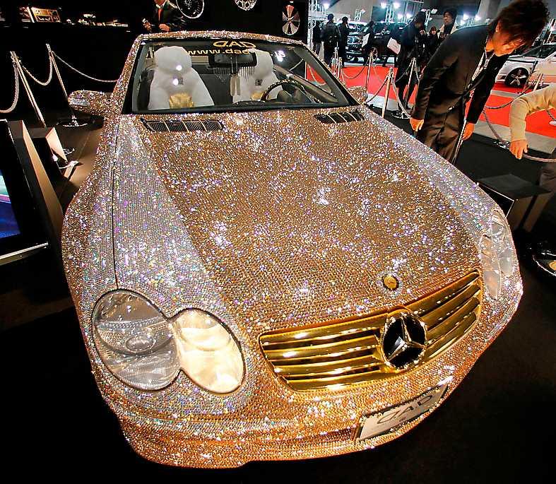 En Mercedes-Benz SL-600 smyckad med Swarovskikristaller.