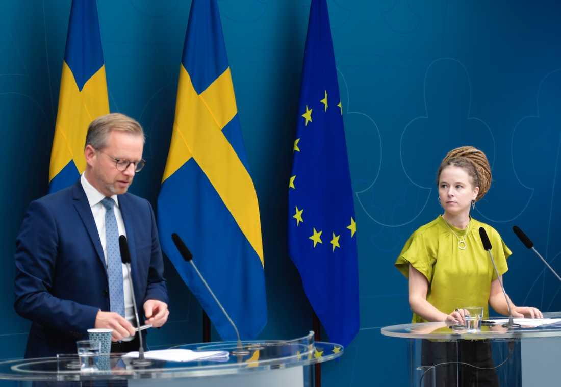 Kulturminister Amanda Lind (MP) och inrikesminister Mikael Damberg (S) under tisdagens  pressträff i Rosenbad.
