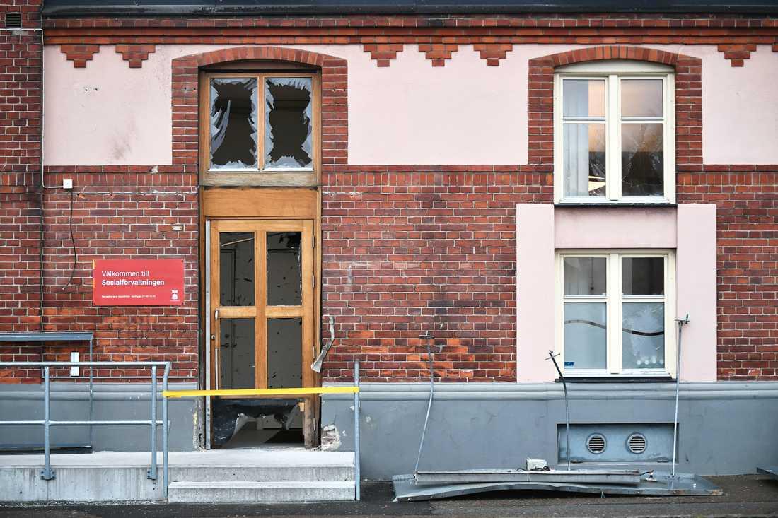 Några timmar efter polisens tillslag mot en lägenhet i Helsingborg skedde en explosion vid socialförvaltningens lokaler.