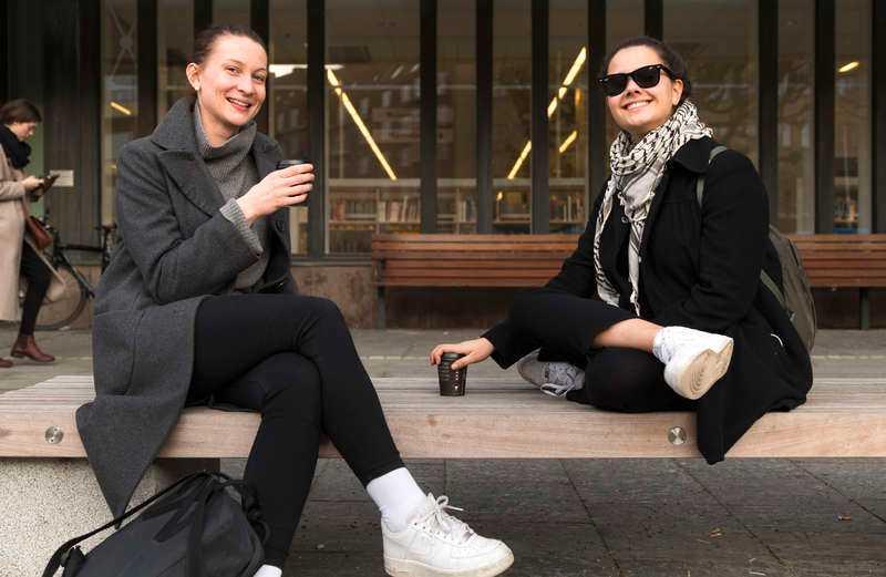 VARMASTE DAGEN Lina Johansson, 24, och Josefin Söderberg, 22, i Göteborg passade på att dricka sitt kaffe utanför Stadsbiblioteket i värmen. I staden var temperaturen 11,6 grader – den högsta uppmätta siffran i februari någonsin. Men värmen blir kortvarig, redan till helgen väntar mer normalt vinterväder.