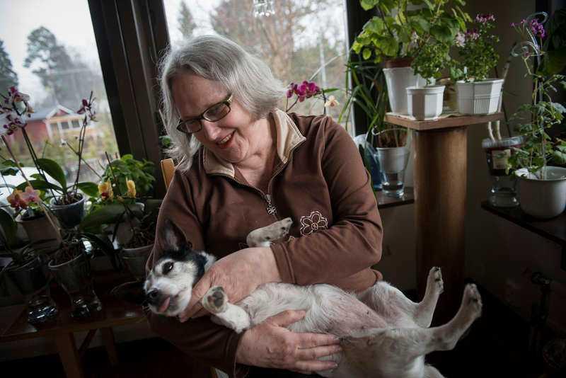 Har ont hela tidenRenja Jonasson, 66, drömmer om ett läkemedel som hjälper mot fibromyalgi och som tar bort de svåra och kroniska smärtorna. Trots att sjukdomen gör att hon blir extremt trött och orkar väldigt lite, njuter hon ändå av att gulla med hunden Lonely