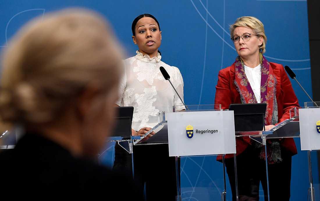 Demokrati- och kulturminister Alice Bah Kuhnke med Hillevi Engström (M) på presskonferensen där Anna Carlstedt utsågs till ny samordnare för våldsbejakande extremism.