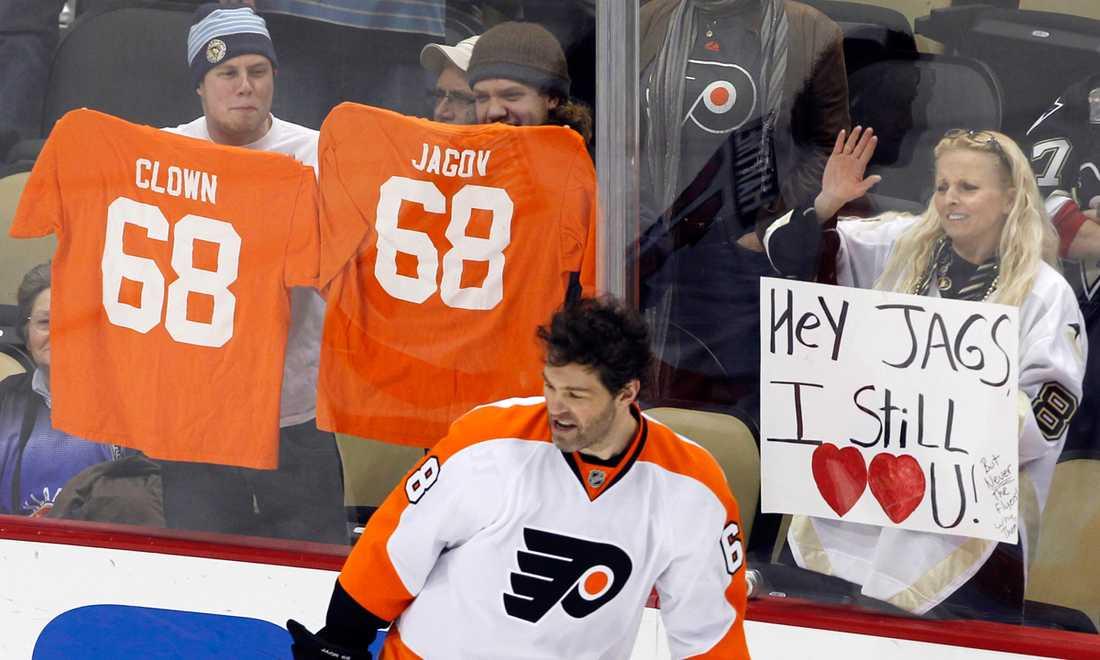 Torsdagen den 29 december var Jagr tillbaka i sin gamla stad Pittsburgh. Men många fans var bittra över legendarens klubbval när han återvände till NHL.