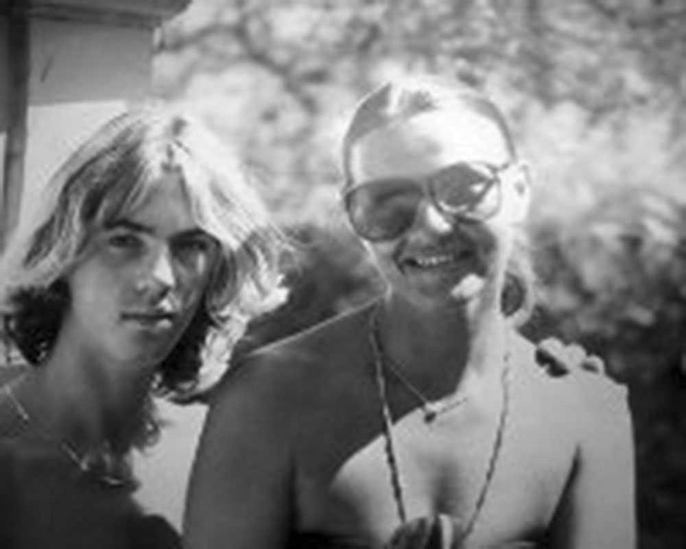 En ung John-John tillsammans med sin mamma.