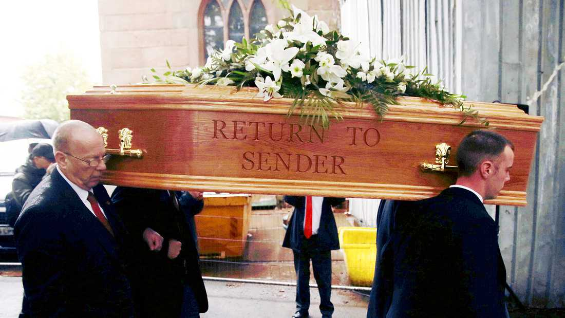 """""""Return to sender"""", titeln på en av Elvis Presleys mest kända låtar, stod inristat på Freddie Stars kista när han begravdes under torsdagen."""