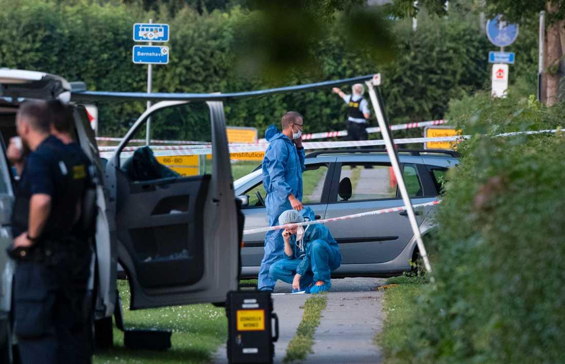 Polis och kriminaltekniker på plats efter att två människor skjutits ihjäl i en svenskregistrerad bil i Köpenhamnsförorten Herlev. Arkivbild.