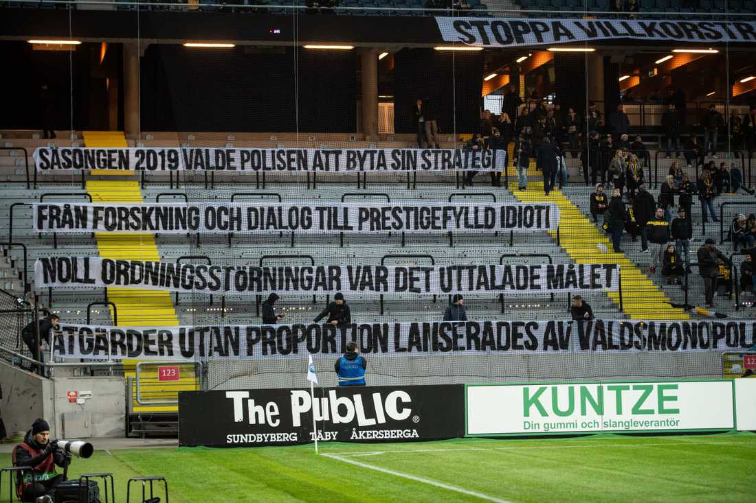 Allsvenska året 2019 präglades av en konflikt mellan supportergrupper och polisen. Nu föreslås en lösning. Här manifesterar AIK:s supportrar under sista matchen, mot Gif Sundsvall. Arkivbild.