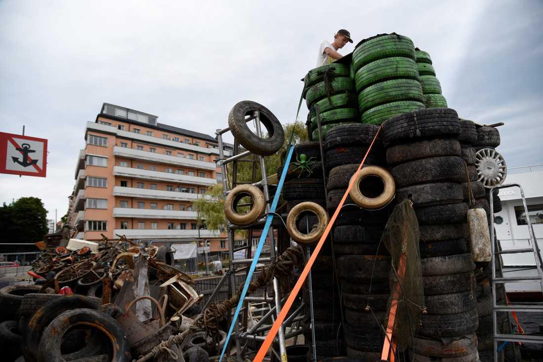 Skräp som projektet Rena Mälaren tagit upp från Riddarfjärden, som nu används för att bygga en installation av Stockholms stadshus.