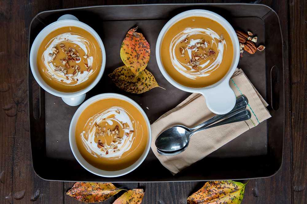 Pumpasoppa med pecanötter och yoghurt