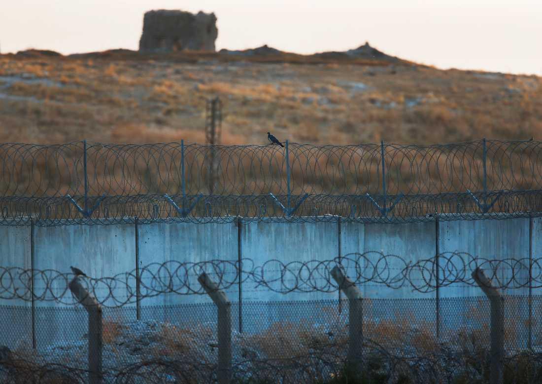 Bild tagen från den turkiska sidan av gränsen mot Syrien på tisdagen.