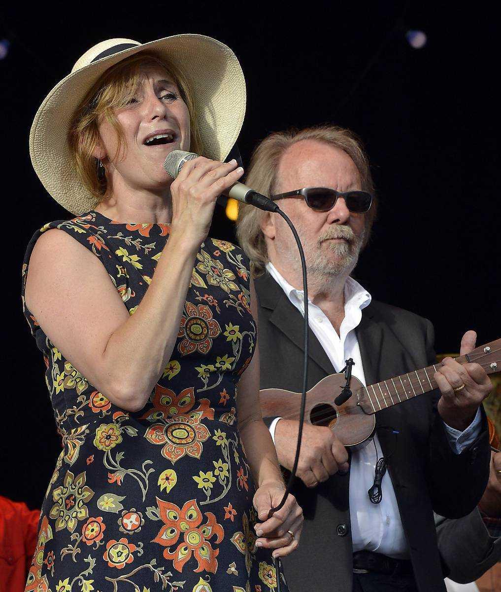 Framför vinnarenBenny Andersson komponerar en låt och Helen Sjöholm sjunger in den vinnande låttexten.