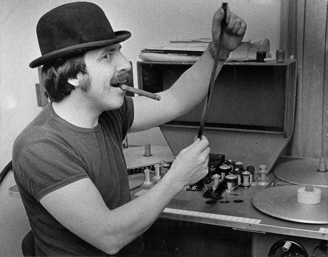 """Janne """"Loffe"""" Carlsson sitter vid klippmaskin på sin reklambyrå inför rollen som  """"Passepartouts"""" i  tv-serien """"Jorden runt på 80 dagar"""" 1974."""