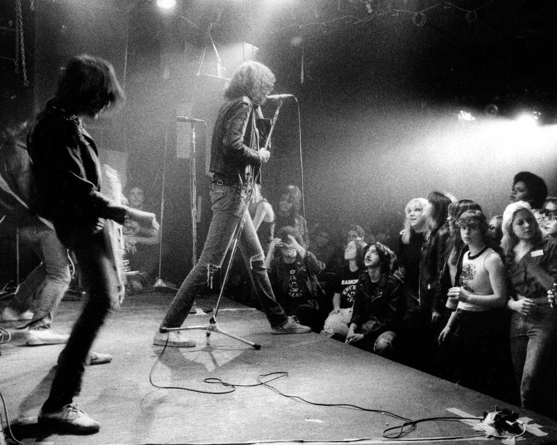 Johnny Ramone, till vänster och Joey Ramone från punkgruppen The Ramonesuppträder på CBGB's i New York i fotografiet från 1977.