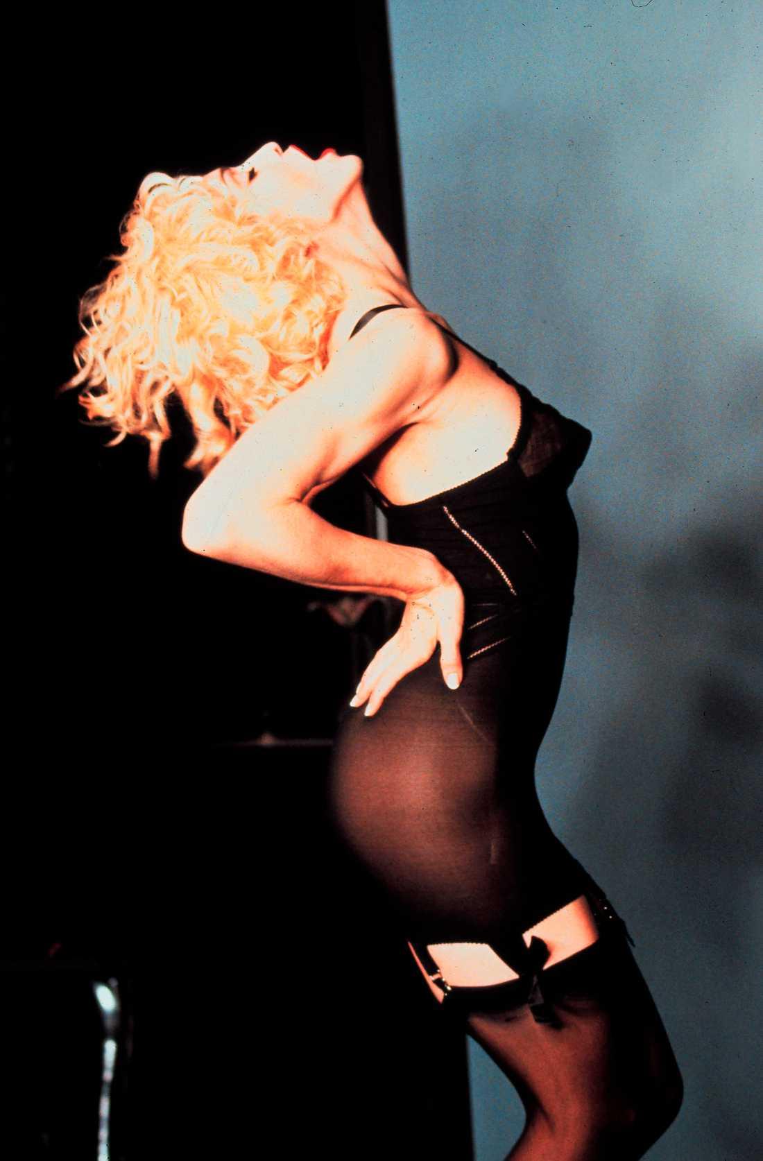 """Nöjesbladets Jan- Olov Andersson  skriver i dag ett personligt brev till  Madonna som han  recenserade 1990. """"Hela du var en enda stor härlig provokation"""", skriver han. Här syns Madonna i  """"Express yourself""""- videon från det året – med svarta underkläder och strumpor."""