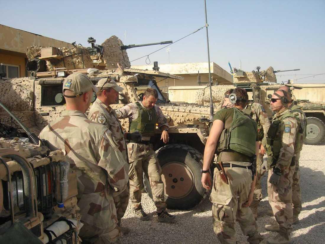 ifrågasatt insatsVarför är Sverige kvar i Afghanistan, undrar dagens debattör, Thage G Peterson. På bilden ser vi svenskar i OMLT-truppen framför stridfordonet Galten.