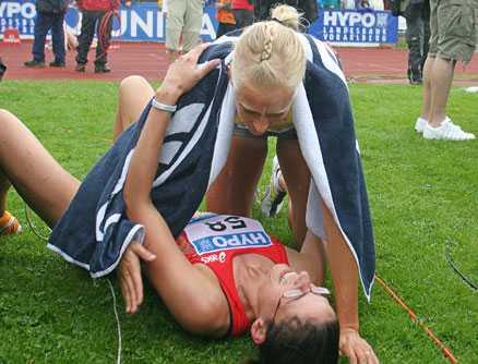 """Mångkampsglädje. Carolina Klüft kramar om en av sina konkurrenter efter segern i Götzis där """"Carro"""" visade toppinsatser i spjut och kula."""