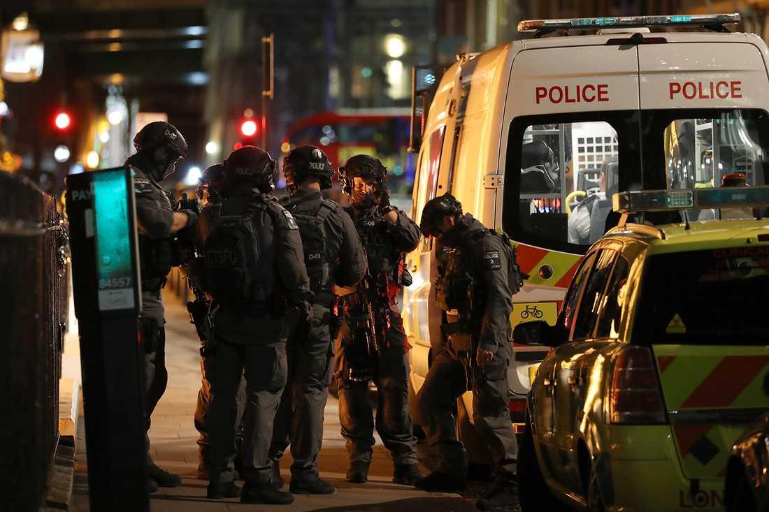Brittiska polisens anti-terrorstyrka på plats vid London Bridge.