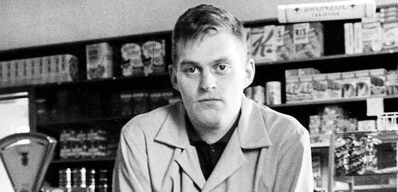 Bengt Emil Johnson  i pappas lanthandel 1964.