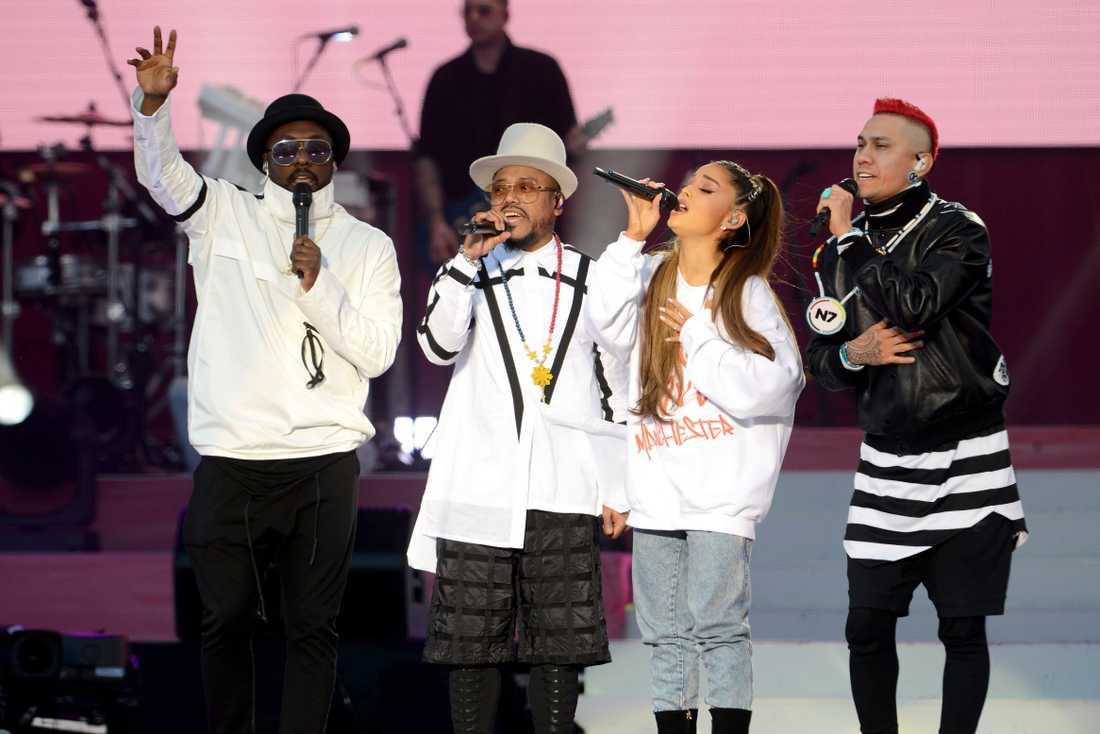 Ariana Grande tillsammans med Black eyed peas.