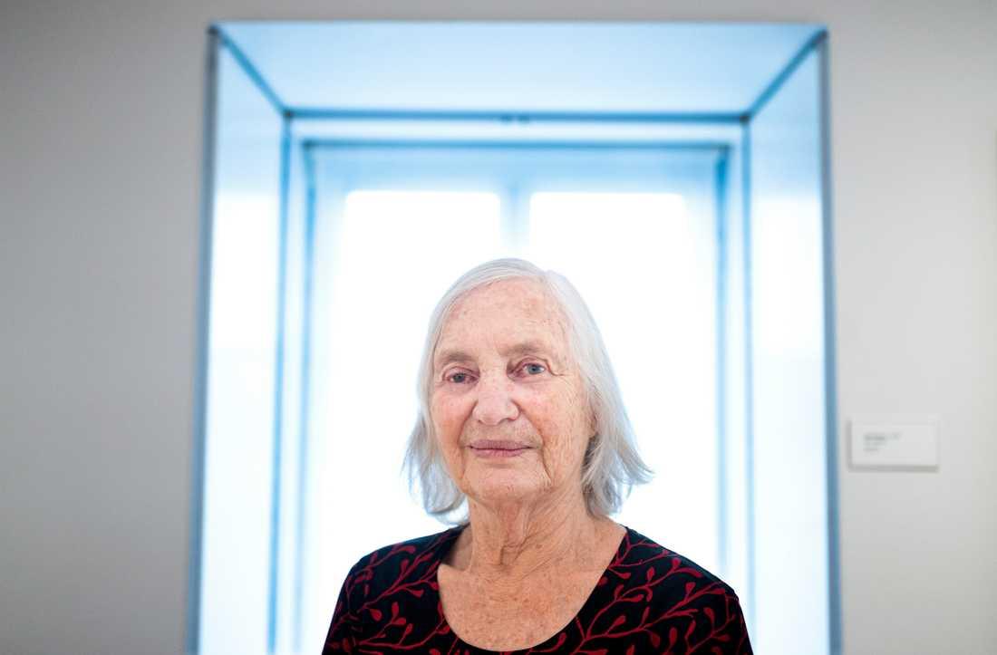 Lena Cronqvist, 82 år, målar numera med akrylpenna på svart och blå botten.
