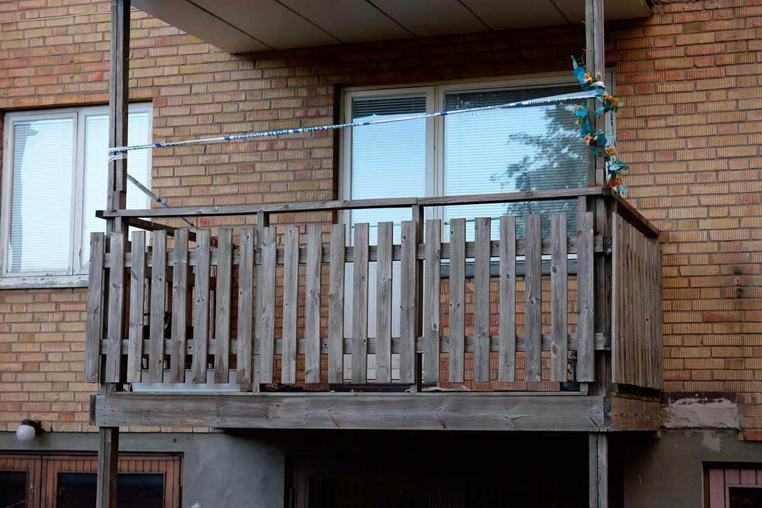 Kvinnan satt på balkongen när hennes kläder fattade eld.