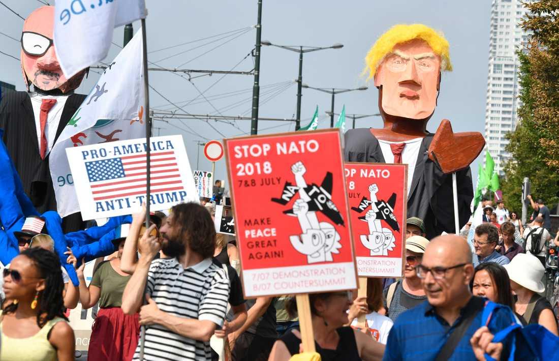"""""""Stoppa Nato"""", manade demonstranter i Bryssel vid en protest förra helgen inför veckans Nato-toppmöte. Arkivfoto."""