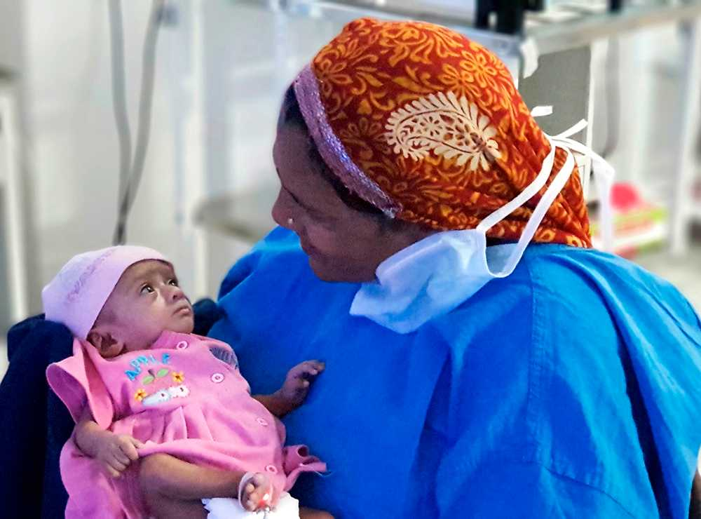 Manushi och hennes mamma sex månader efter födseln.