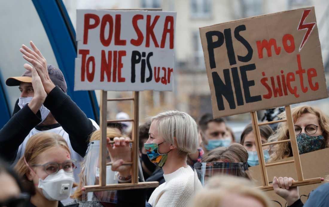 Demonstranter i Warszawa protesterar mot en väntad skärpning av landets abortlagar.