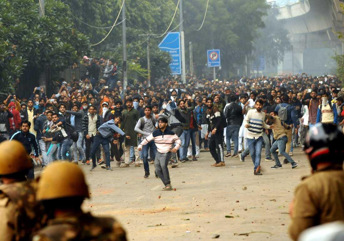 En ny lag har utlöst våldsamma protester i Indien de senaste dagarna.