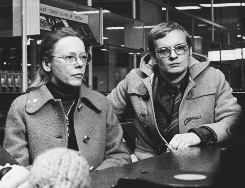 Statsrådet Anna-Greta Leijon tillsammans med bokförläggaren Ebbe Carlsson.