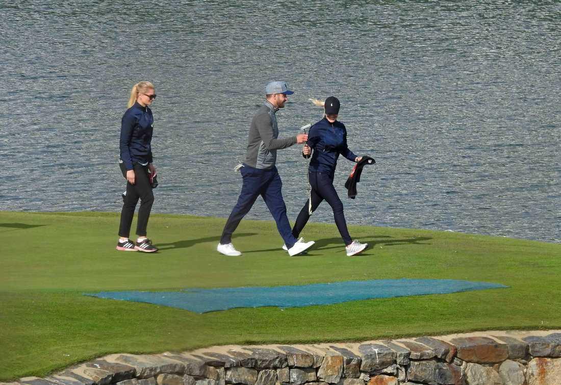 Justin Timberlake med följe på golfbanan.