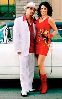Mendez: bländande vit kostym och röd linneskjorta, Tiger, 4 295 och 1 095 kronor. Hatt från Hattbaren, 650 kronor. Kubansk-inspirerade skor, Rizzo. Jill: klarröd sidentopp och kort kjol, Ril´s, 599 och 899 kronor. Blanka handskar, Fancy Fanny, 350 kronor. Höga stövlar, Don & Donna. Smycken från Zanzlöza Zmycken. Bukett i starkt rosa och orange, Bernzous, 2 000 kronor. Bilen är hyrd på Odenplans specialbiluthyrning.