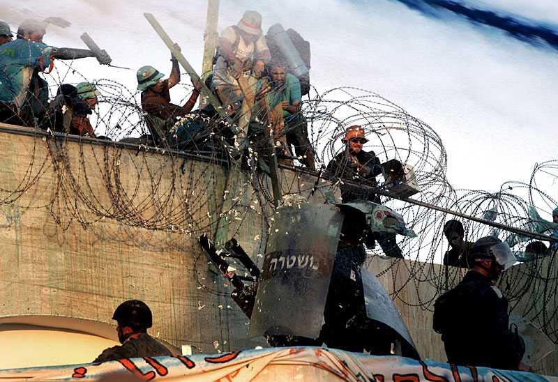 Bosättningen Kefar Darom utryms av polisen. Bosättare och aktivister gör kraftigt motstånd mot poliserna innan polisen tar kontrollen.