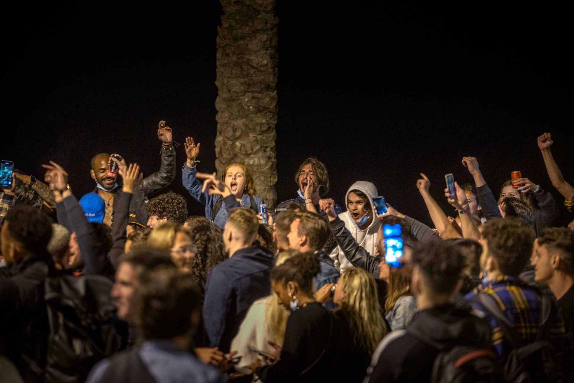 Jubel i Barcelona när Spaniens nationella hälsonödläge hävdes vid midnatt mellan lördagen och söndagen.