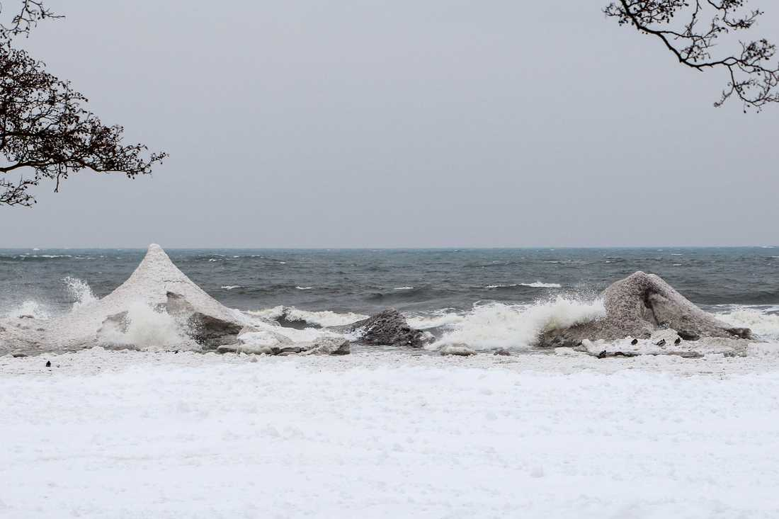 Isvulkaner har formats på stranden.