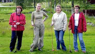 Gunbritt Lundberg, Camilla Westman, Ulrica Carlsson och Petra Larsson står redo för att ge sig i kast med öringen i Torvsjö.