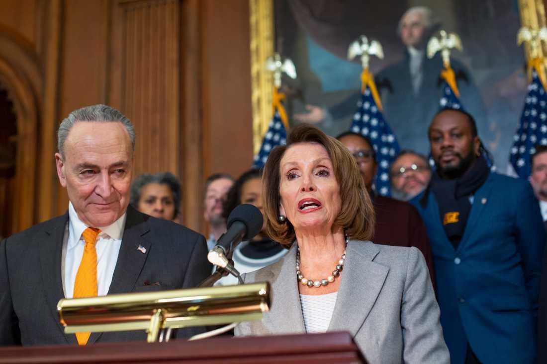 Demokraternas ledare i kongressen, representanthusets talman Nancy Pelosi och senatens minoritetsledare Chuck Schumer.