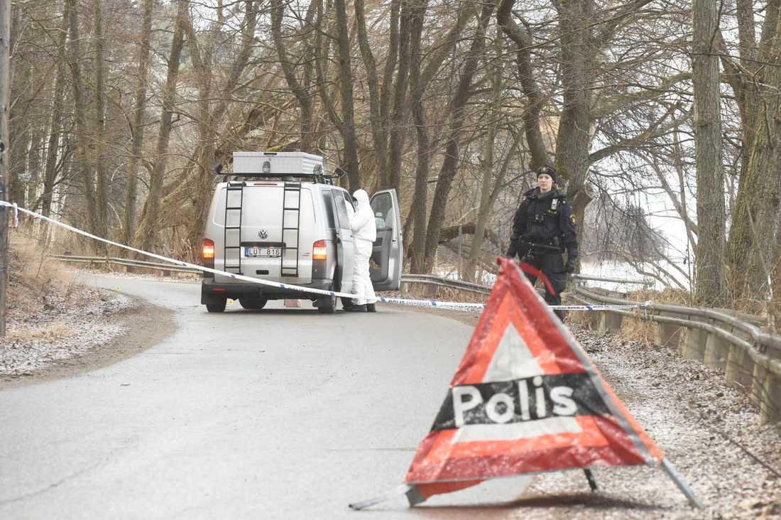 Det var tidigt på morgonen som polis och räddningstjänst larmades till ett område i Vårby gård.