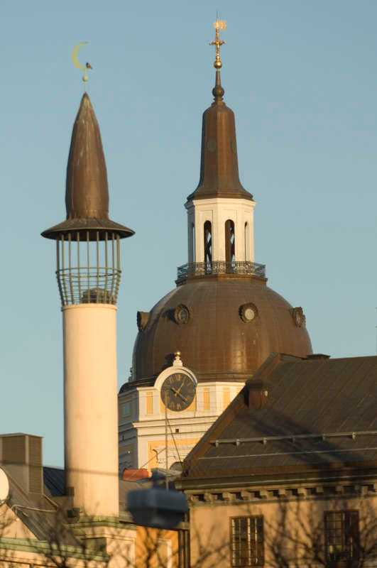 Minareten vid Stockholms moské på Södermalm. I bakgrunden tornet på Katarina kyrka.
