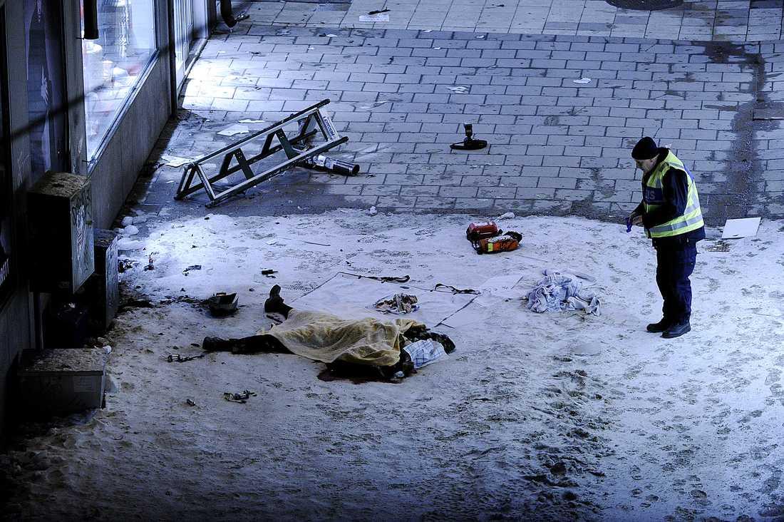 Bilden av en självmordsbombare Sveriges första självmordsbombare har utlöst sin laddning och avlidit. Enligt terrorexperten Magnus Ranstorp har han förmodligen haft hjälp av andra.