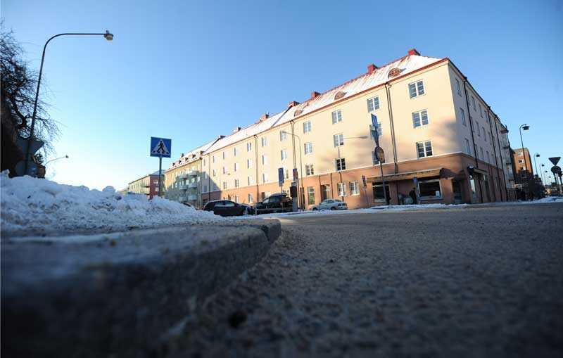 Överfölls på trottoaren Här i hörnet av Tulegatan och Fredsgatan skedde våldtäkten.