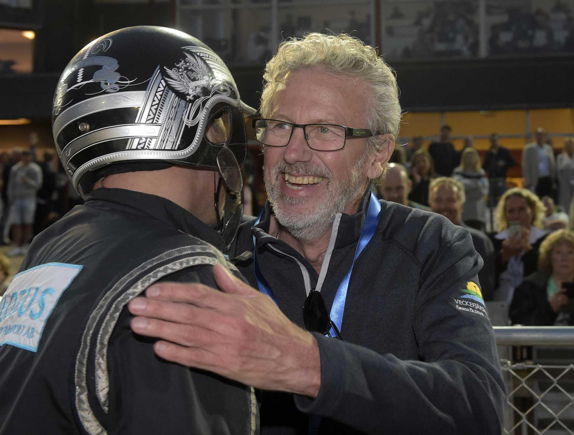 Kent Forsberg kramar om Robert Bergh efter segern med Diamanten i Sprintermästaren