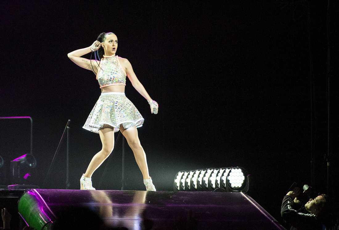 Galen supershow Katy Perry bjuder på en episk popmusikal med ett helt fyrverkeri av effekter, men det är när hon tonar ner showen med ett akustiskt parti som hon visar sitt rätta jag bakom peruker och steppande katter.