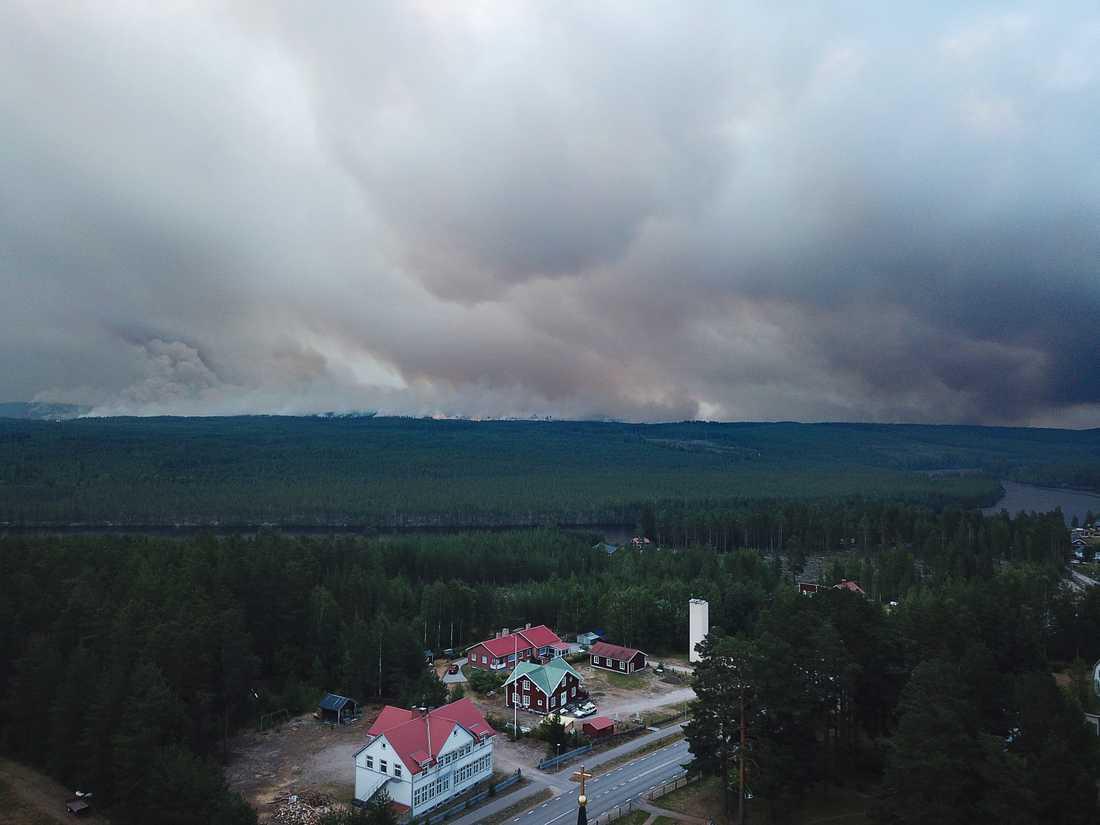 """""""Man ser branden från Kårböle"""", säger Hans Nornholm, yttre befäl på Gästrike räddningstjänst."""