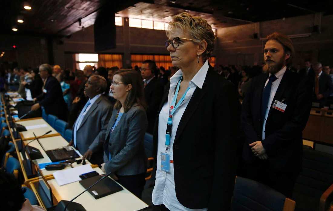 Delegater vid toppmötet för FN:s miljöprogram Unep håller en tyst minut för att hedra offren i flygkraschen i Etiopien. Minst 20 av de omkomna var FN-medarbetare.