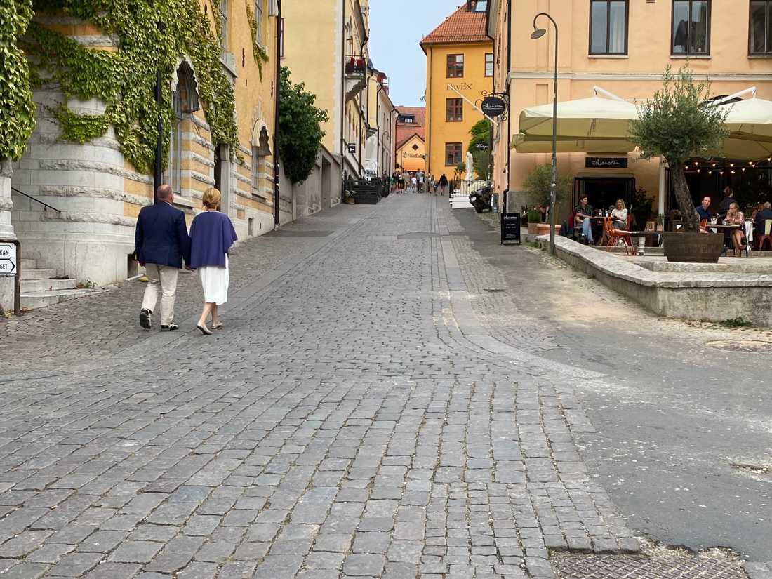 Morgan Johansson och Annika Strandhäll går hand i hand vid Donners plats i Visby.