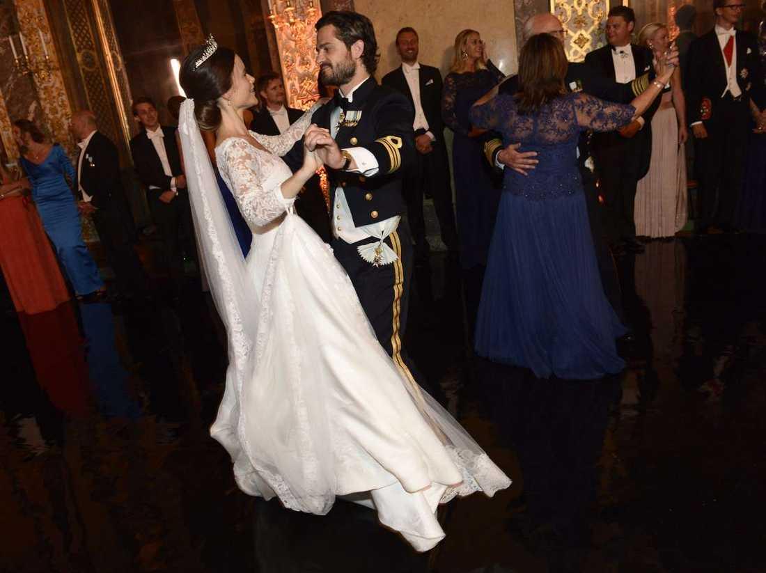 Här dansar paret bröllopsvals.